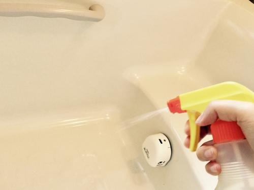 浴槽を洗浄している様子